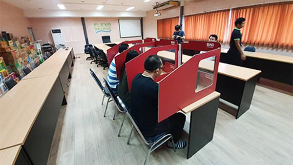 ฉากกั้นห้องประชุมป้องกัน COVID-19